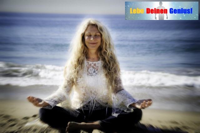 Lebe Deinen Genius Frau meditiert glücklich